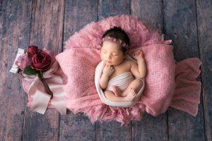 ニューボーンフォト・おくるみに巻いたカゴで寝ている赤ちゃん